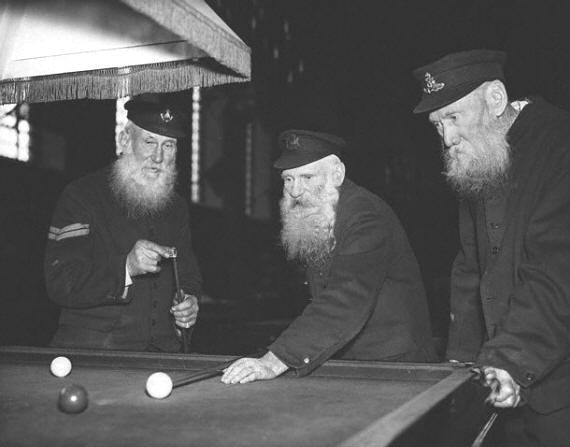 25-billiards-history-soldiers-play-a-game-of-billiards-at-royal-hosp-1935