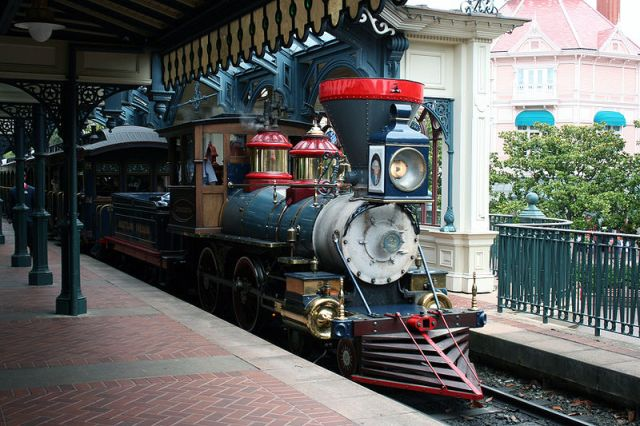 48-Disneyland_Paris_Railroad_at_Main_Street_USA_Station